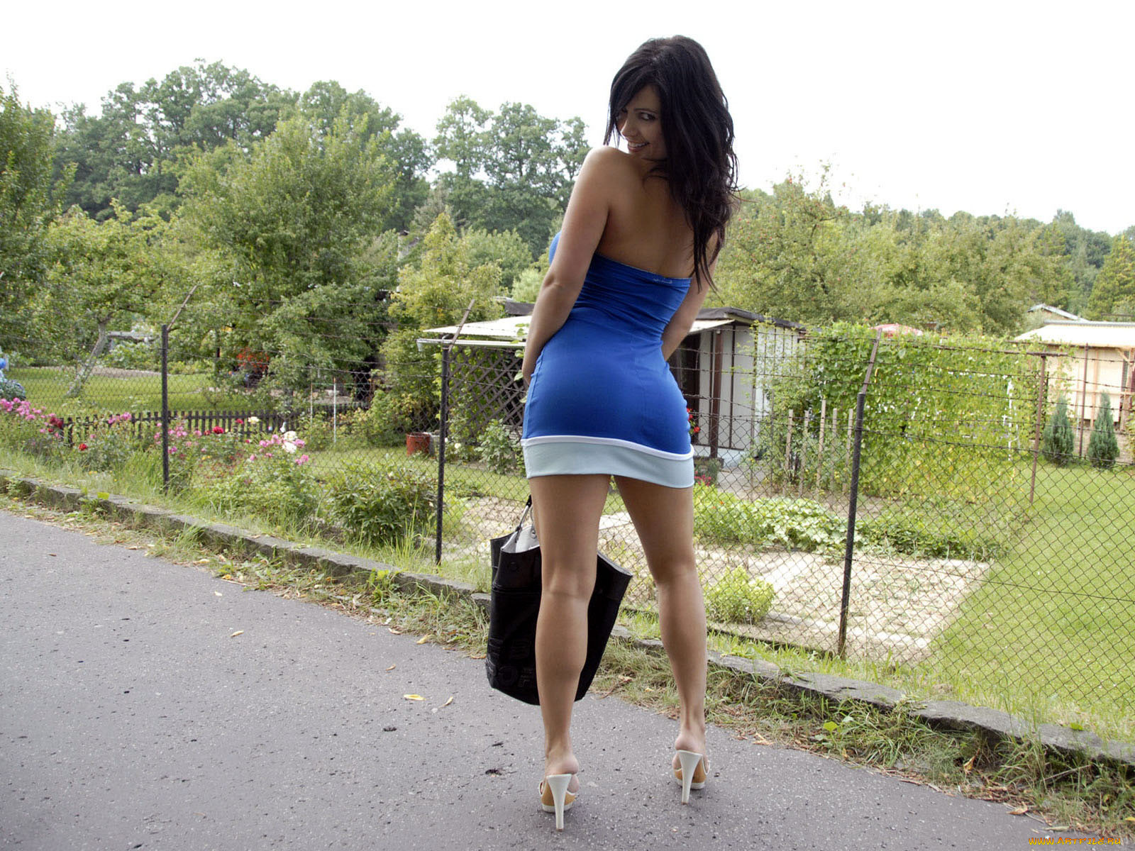 Sexy babe on high heels Ricki White shows her huge ass outdoor  328719