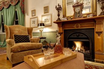 обоя интерьер, камины, бутылка, кресло, камин, гостиная, часы, огонь, виски