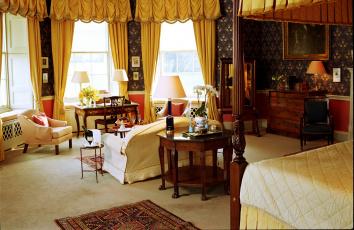 Картинка интерьер гостиная стол диван шторы кресло
