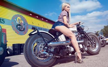 Картинка мотоциклы мото девушкой туфли шорты