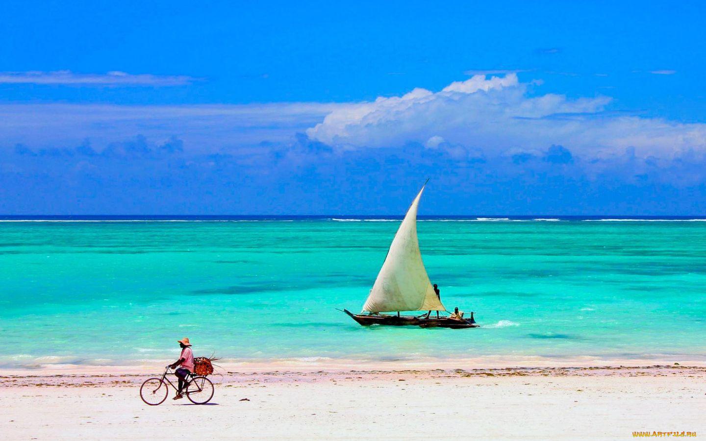 Fisherman on the Beach at Low Tide, Zanzibar, Tanzania бесплатно