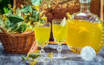 Картинка еда напитки графин бокалы напиток липовый цвет