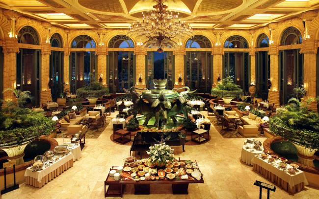 Обои картинки фото интерьер, кафе,  рестораны,  отели, фонтан, люстры, сервировка
