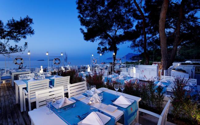 Обои картинки фото интерьер, кафе,  рестораны,  отели, море, терраса, столики, сервировка