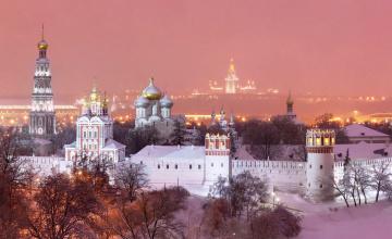 обоя новодевичий монастырь,  москва, города, москва , россия, небо, закат, купола, храмы, высотка, деревья, снег, стена