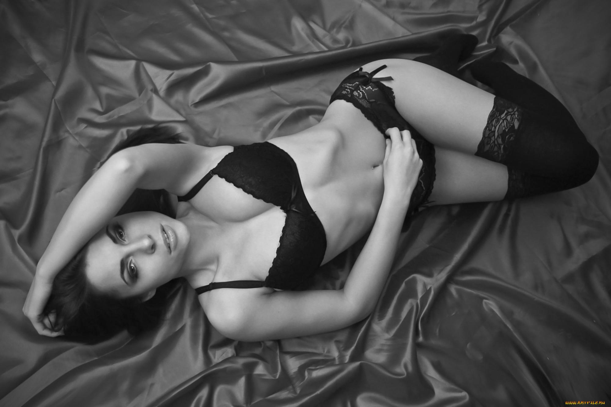 Молодая брюнетка сосет член и ерзает на кровати в нижнем белье  650195