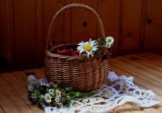 обоя еда, клубника,  земляника, ромашки, цветы, ягоды, натюрморт, лето, корзина, земляника