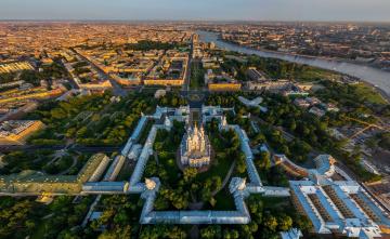 обоя смольный собор,  санкт-петербург, города, санкт-петербург,  петергоф , россия, деревья, строения, дома, храм, панорама