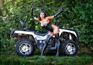Картинка мотоциклы мото+с+девушкой трава костюм квадроцикл кошка