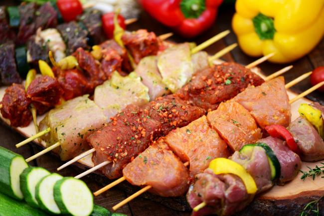Обои картинки фото еда, шашлык,  барбекю, шпажки, мясо, перец, цуккини