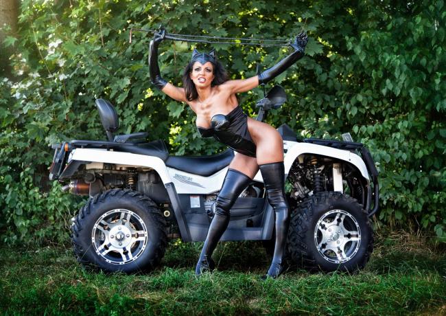 Обои картинки фото мотоциклы, мото с девушкой, трава, костюм, квадроцикл, кошка