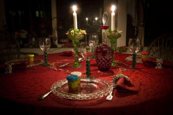 Картинка интерьер декор +отделка +сервировка свечи бокалы графин стол