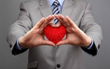 обоя праздничные, день святого валентина,  сердечки,  любовь, сердце, руки, нитяное, мужчина
