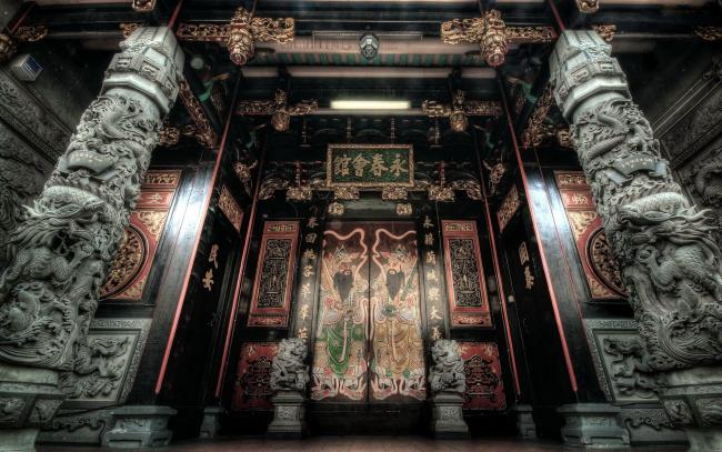 Обои картинки фото интерьер, дворцы,  музеи, двери, колонны, иероглифы