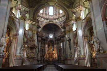 Картинка церковь святого николая прага интерьер убранство роспись храма статуи позолота колонны