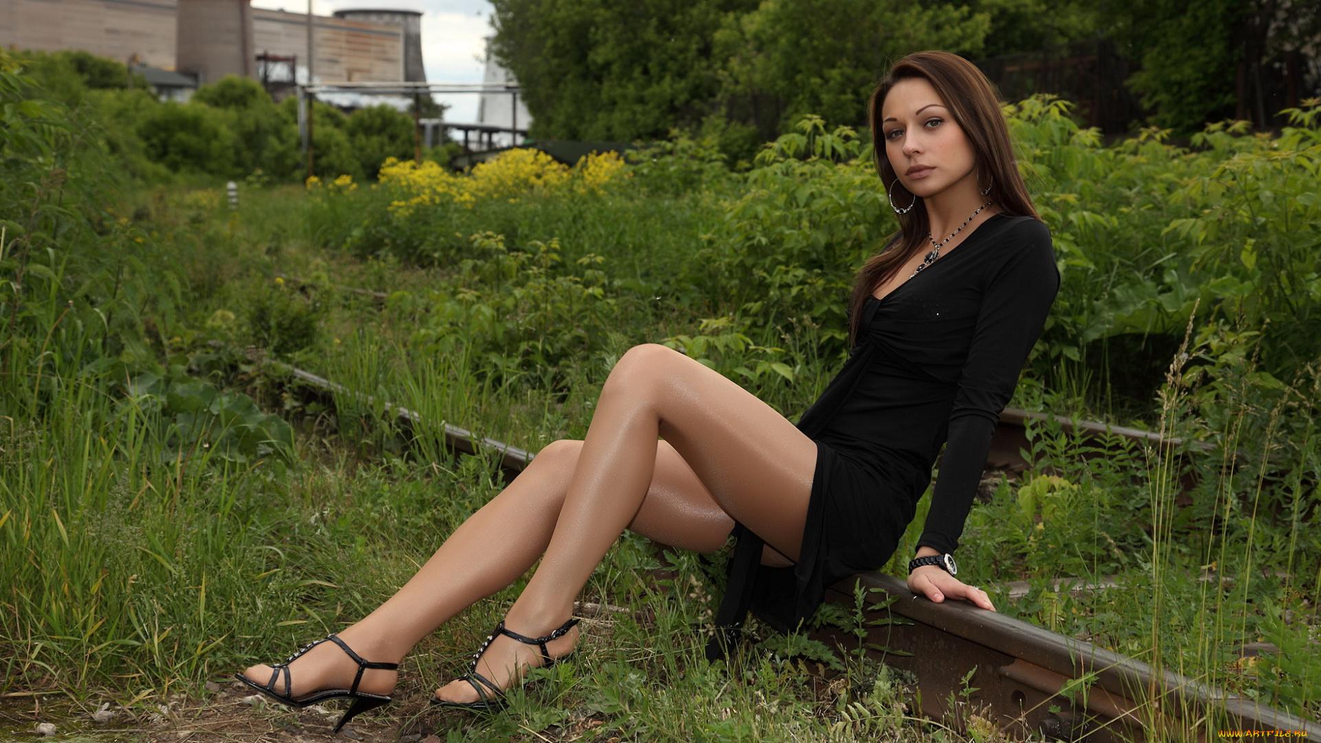 Девушка в колготках на природе