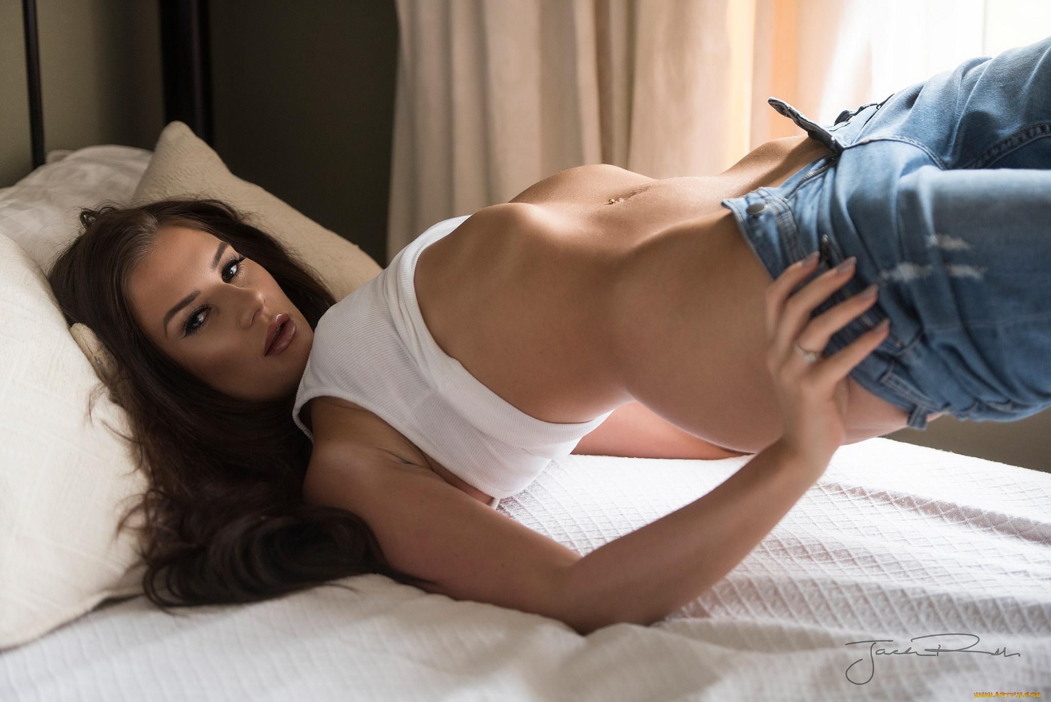 Девушка охотно раздевается на кровати  710680