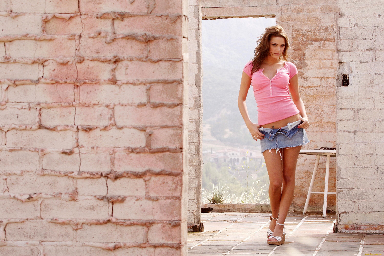 Девушка у стены загрузить