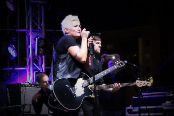 обоя диана арбенина, музыка, ночные снайперы, гитара, певица, микрофон, женщина, концерт, мужчина