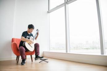 обоя музыка, - другое, окно, гитара, парень, кресло