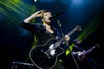 обоя диана арбенина, музыка, ночные снайперы, концерт, микрофон, певица, гитара, женщина