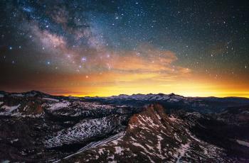 обоя космос, галактики, туманности, звезды, небо, горы, закат, скалы