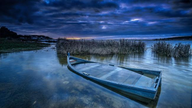 Обои картинки фото корабли, лодки,  шлюпки, река, лодка, камыши, вечер