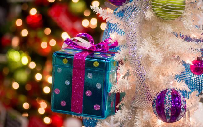 Обои картинки фото праздничные, Ёлки, ёлка, украшения, блики, коробка