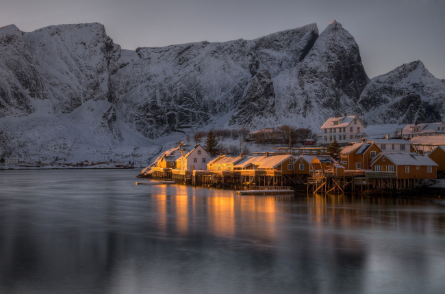 Обои картинки фото города, - огни ночного города, горы, сваи, дома