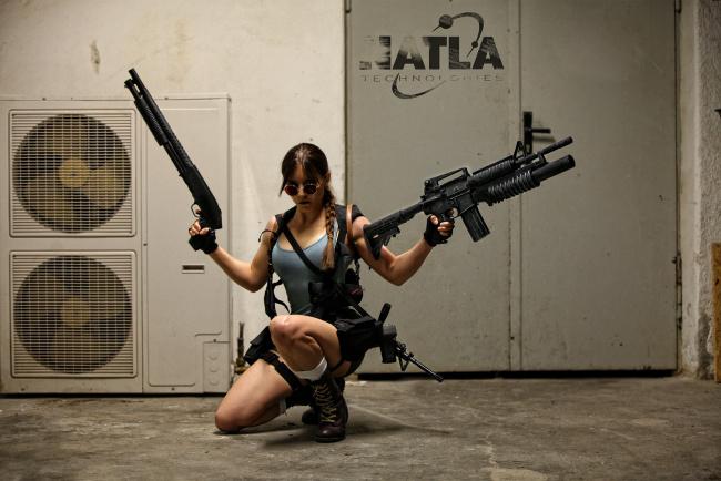 Обои картинки фото разное, cosplay , косплей, девушка, оружие, взгляд, фон