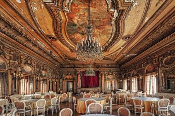 Картинка интерьер дворцы музеи упадок люстра стулья столы сцена зал