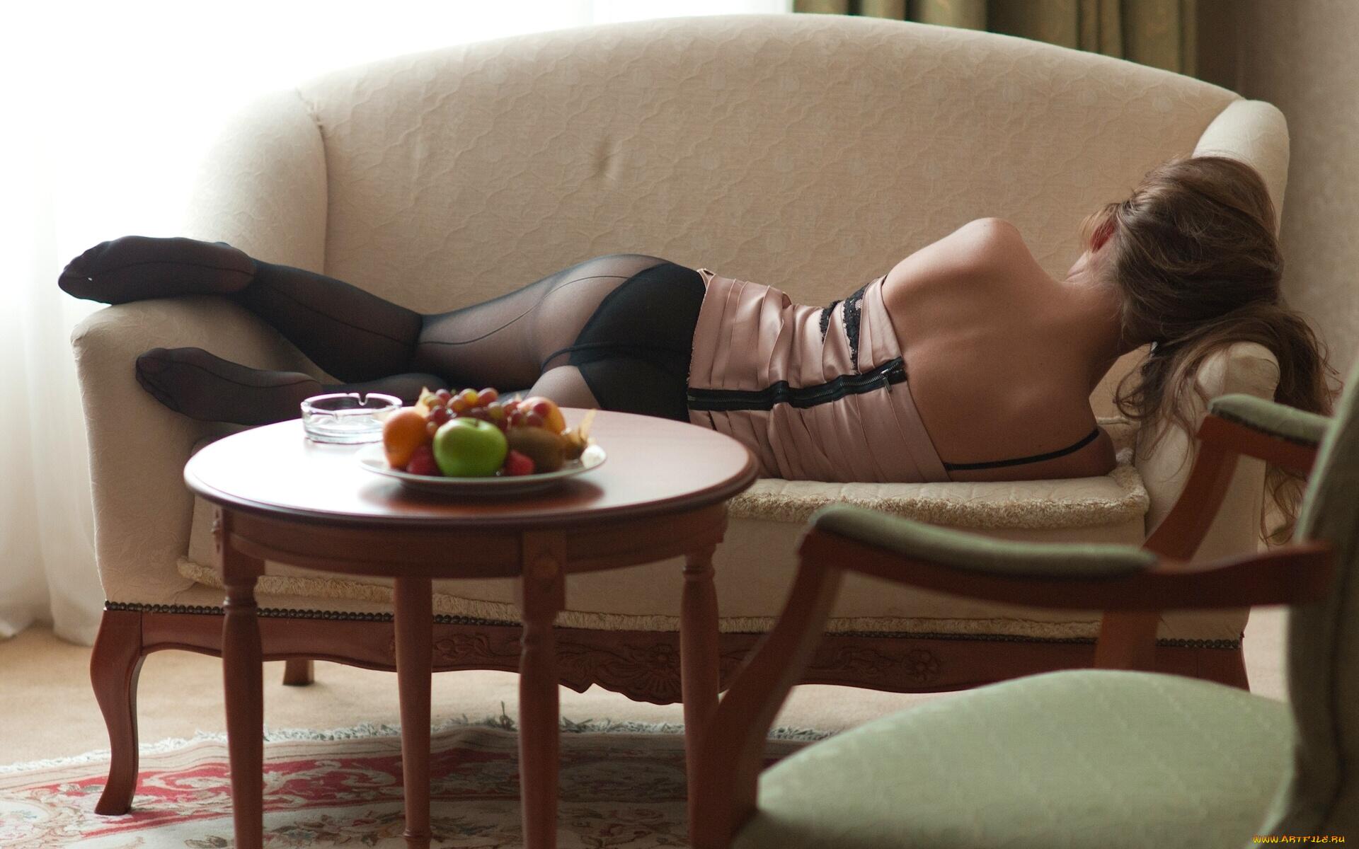 Девушка брюнетка на диване  № 651814 без смс