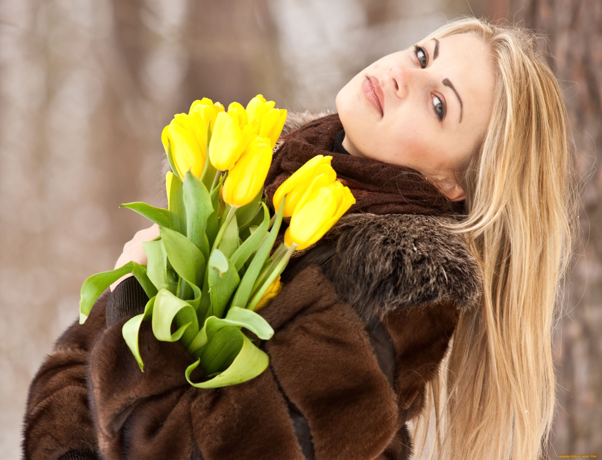 Фото девушек с охапками цветов