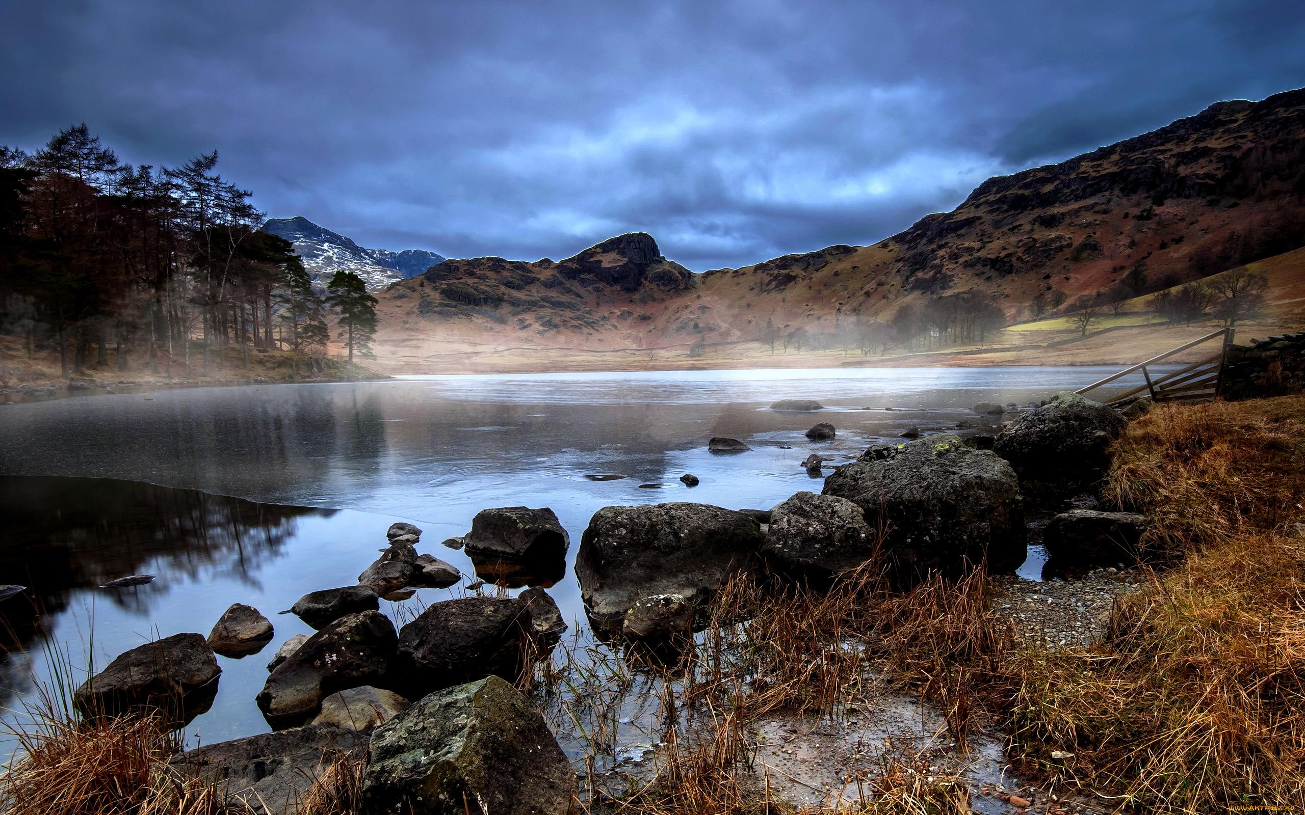 Облака над озером, галька, горы, лес  № 2950431 загрузить