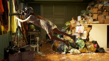 обоя юмор и приколы, девушка, шлем, мусор, окно, подзорная, труба