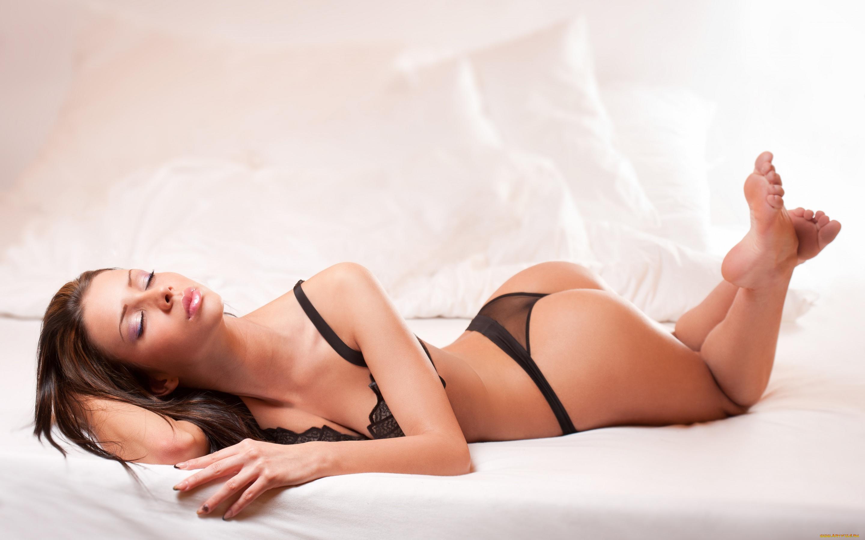 Стрингах в страсть удовлетворяет шатенка красивая черных свою
