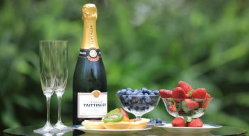 обоя бренды, бренды напитков , разное, тарталетки, натюрморт, шампанское, бутылка, ягоды, бокалы