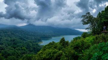 обоя индонезия, природа, тропики, облака, люди, деревья, горы, водоем