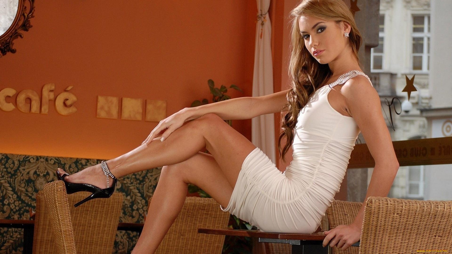 devushki-v-seksualnoy-obuvi-eroticheskiy-rolik-massazh