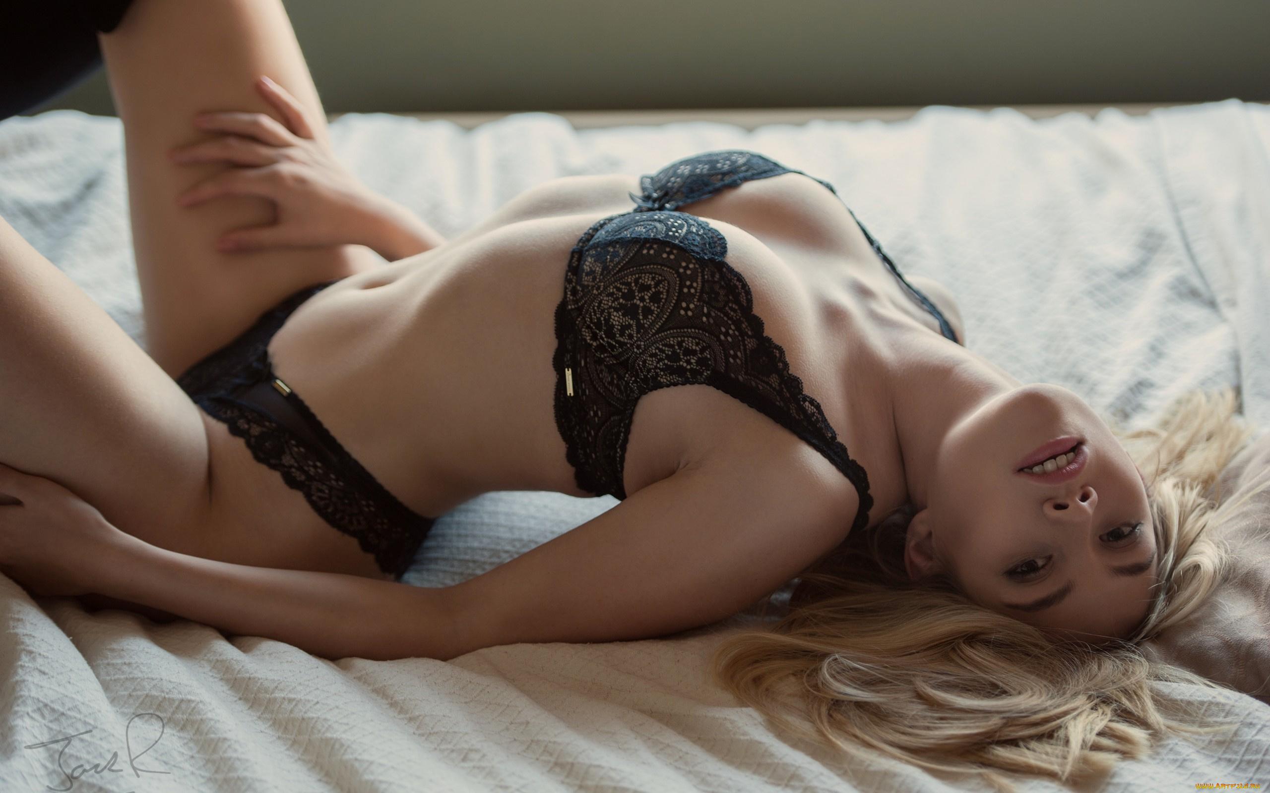 Для блондинка ласкает себя в красивом нижнем белье женщины порно фото