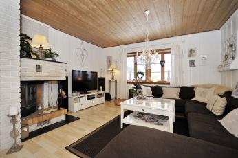 Картинка интерьер гостиная камин подушки диваны