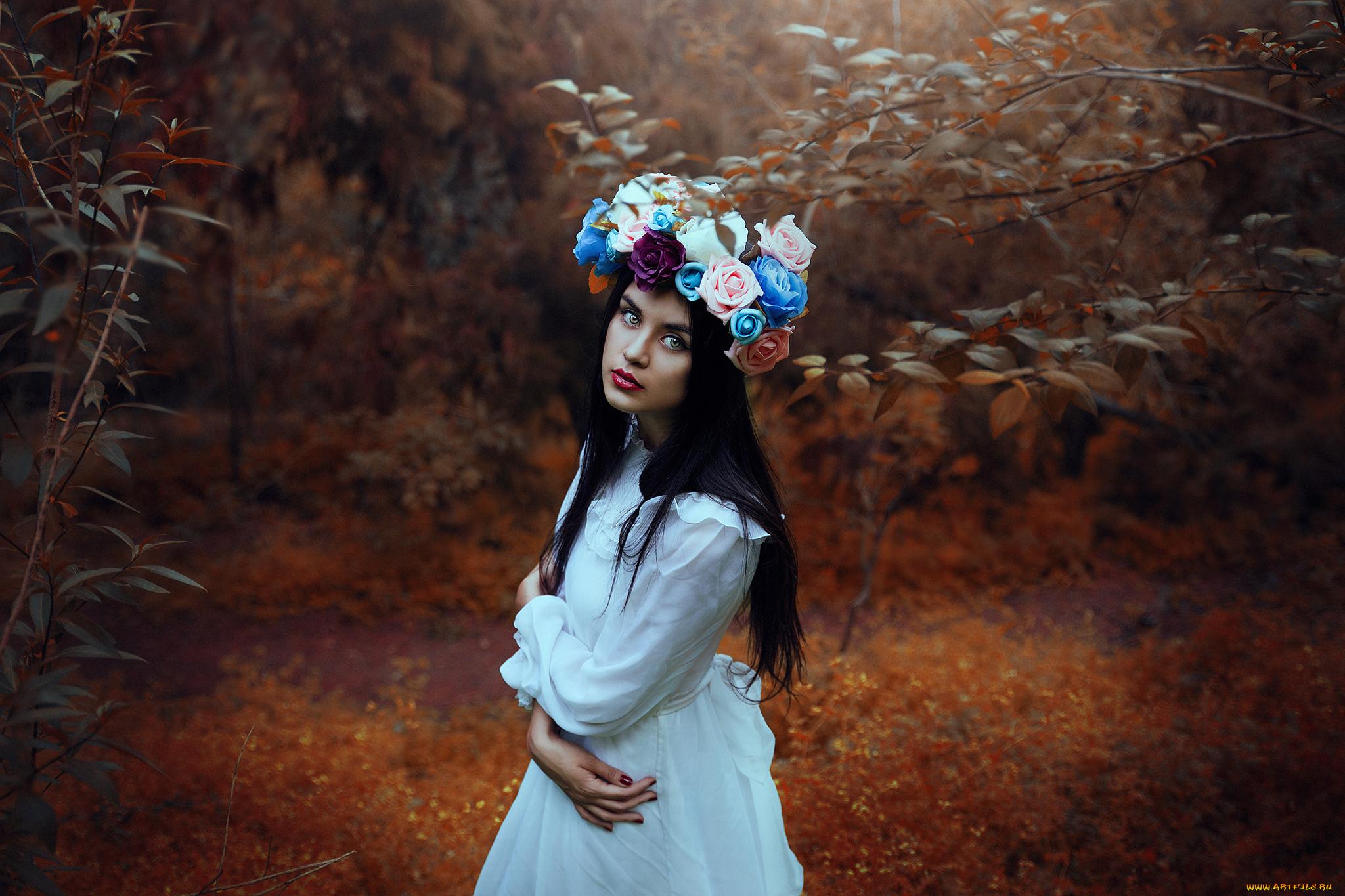 Девушка брюнетка бабочка с венком без смс