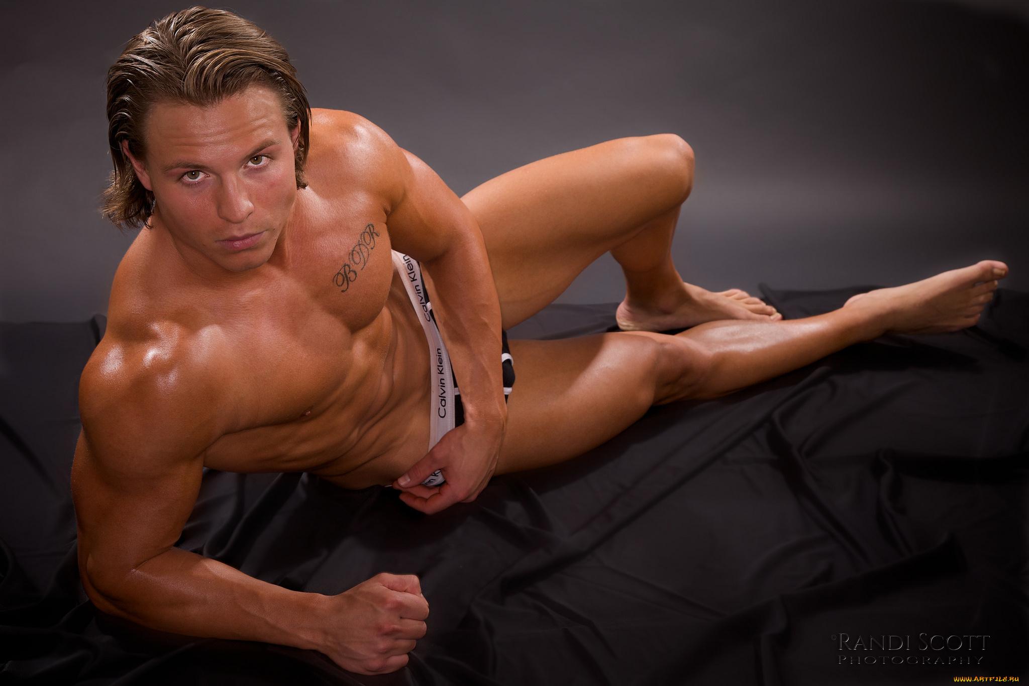 Секс с мускулистым парнем фото, Чешские бисексуалки наслаждаются сексом втроем на 17 фотография