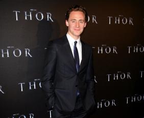 обоя мужчины, tom hiddleston, улыбка, галстук, костюм