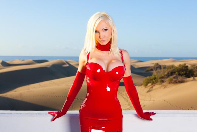 фото блондинка в красном грудь