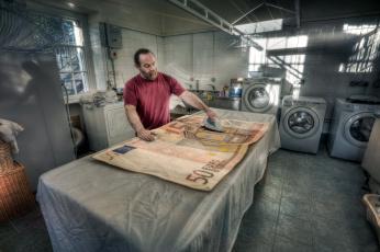 Картинка юмор+и+приколы банкнота мужчина утюг прачечная