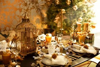 обоя праздничные, сервировка, шишки, приборы, свечи, елка