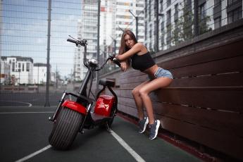 обоя мотоциклы, мото с девушкой, мото, кроссовки, улица, шорты, площадка