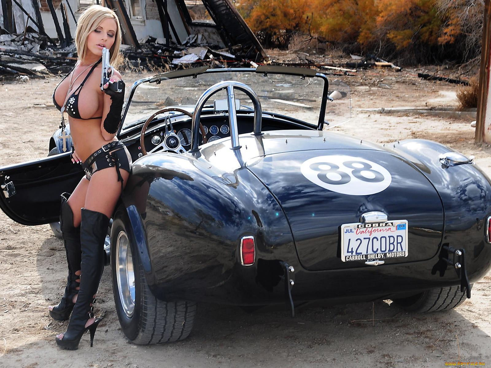 Грудастая девка возле машины, порно картинки сисек и пизды