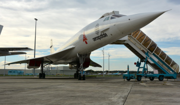 обоя авиация, памятник, самолёту, лайнер, пассажирский, сверхзвуковой, трап, аэропорт